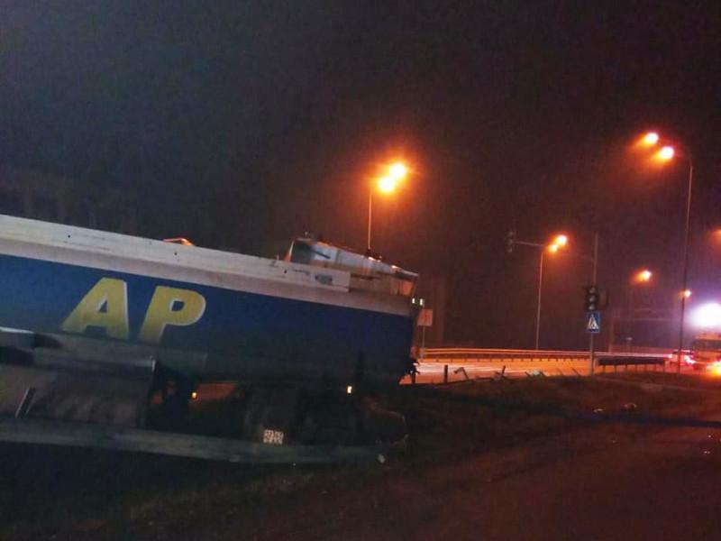 На трасі Київ-Чоп у селі Бабин перевернулася вантажівка з цистерною