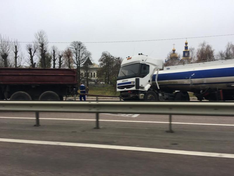 Деталі аварії: На трасі Київ-Чоп у селі Бабин перевернувся бензовоз