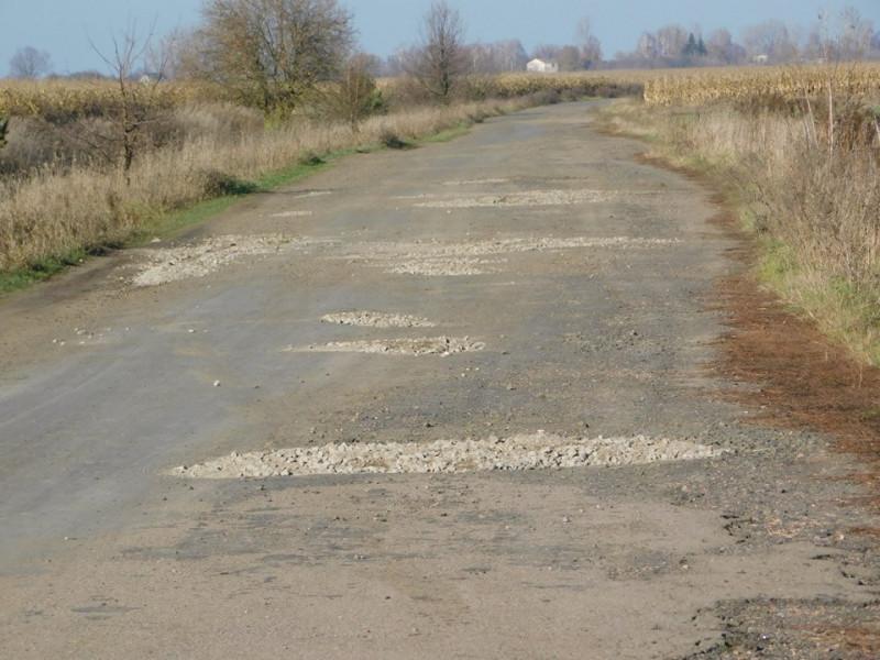 У селі Дроздів дорогу залатали щебенем