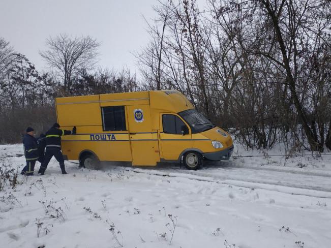 Гощанські рятувальники витягнули автомобіль зі кювету